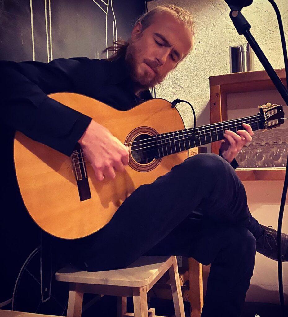 Manuel Castan joue de la guitare flamenca